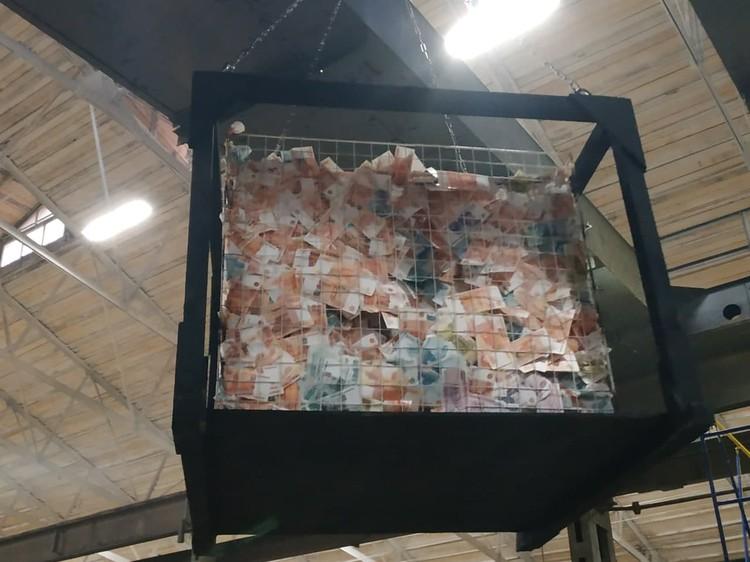 """В одном из эпизодов фильма """"Реальные пацаны против зомби"""" зрители увидят вот такую клетку с деньгами. Фото Бориса Меркушева"""