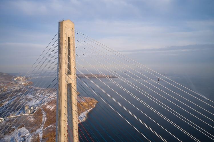 Альпинисты уже несколько дней работы над тем, чтобы избавить мост от ледовых оков. Фото: Виктор Гохович.