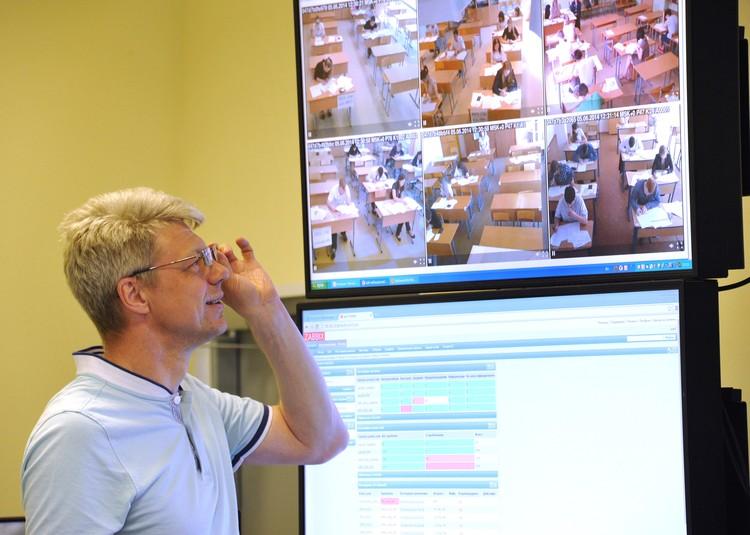 Во время демонстрации работы системы видеонаблюдения за проведением хода сдачи ЕГЭ. Фото ИТАР-ТАСС/ Юрий Белинский