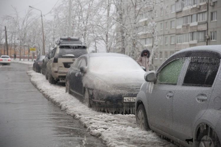 Во Владивостоке ледяной дождь сковал автомобили. Фото: ГУОБДД МВД России