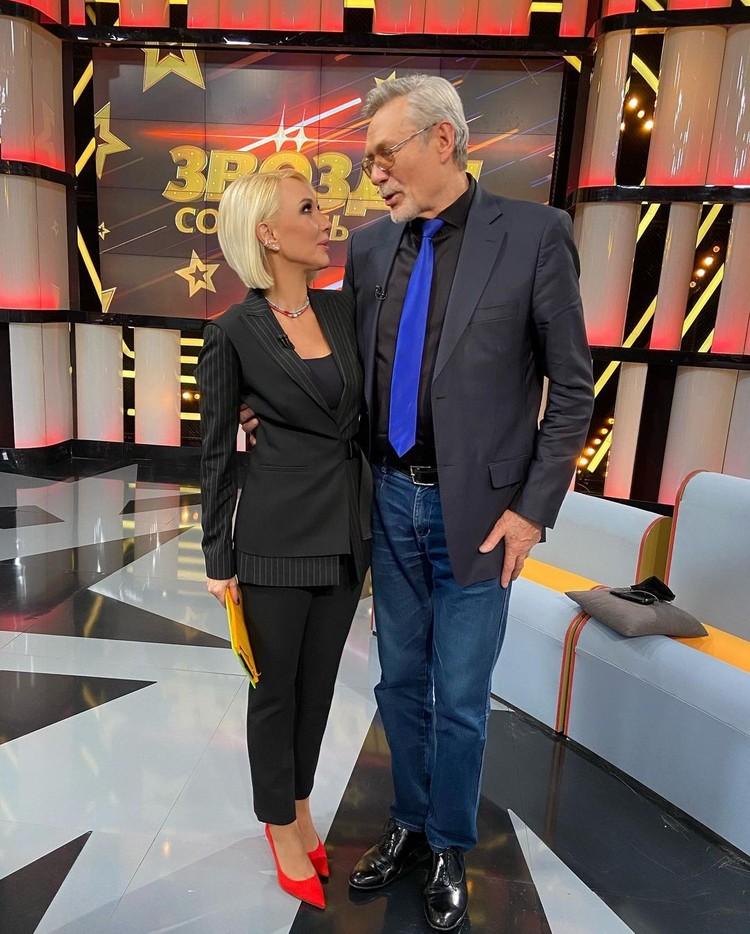 После того, как Лера Кудрявцева пригласила гостем на шоу Александра Михайлова — появились слухи о том, что артист новый соведущий.