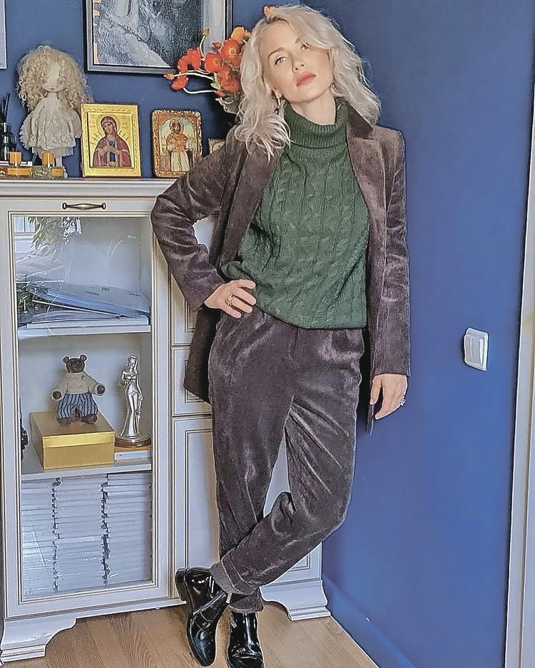 Вельветовый костюм, как у Кати Гордон, – ультрамодная вещь.