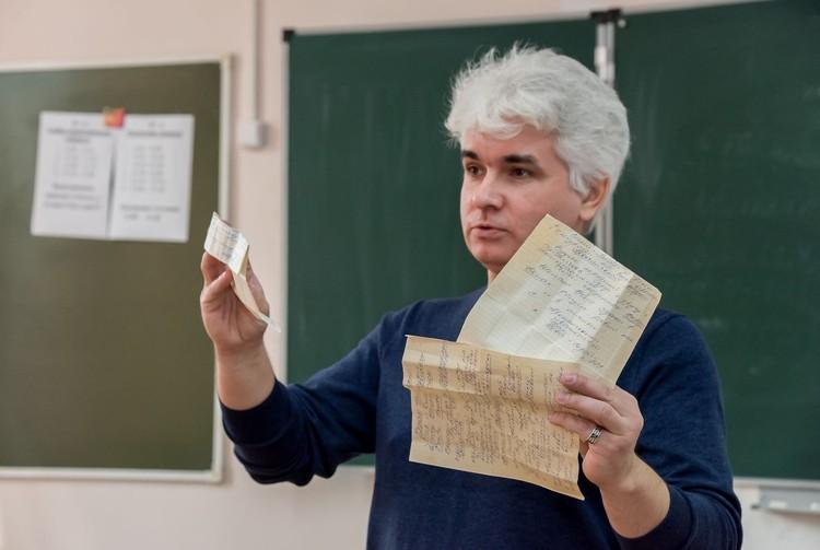 Михаил Янин демонстрирует записки заключенных Фото: Михаил Янин/vk.com