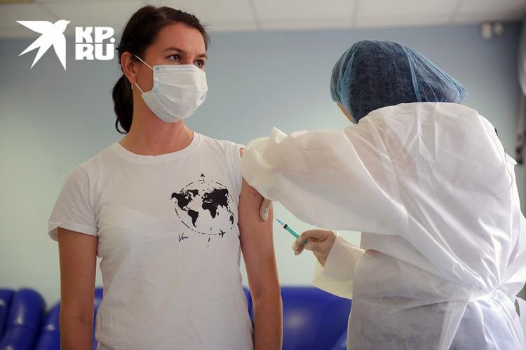 Желающие могут оформить электронную запись на прививку на портале mos.ru.