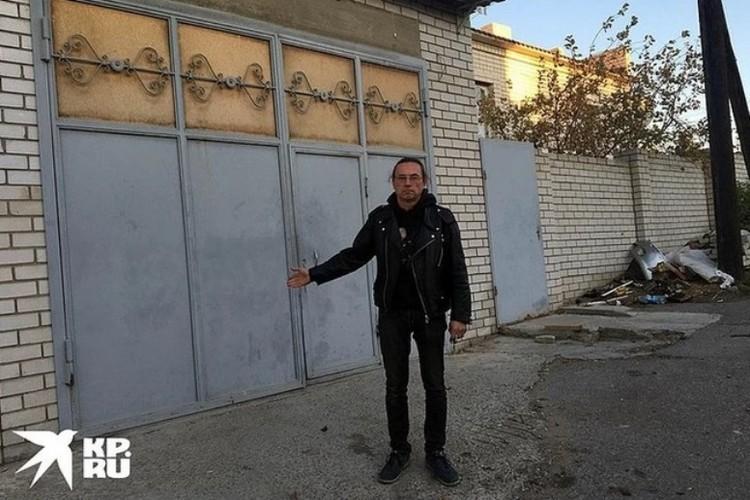 Олег Сойнов у гаража Мелконяна.
