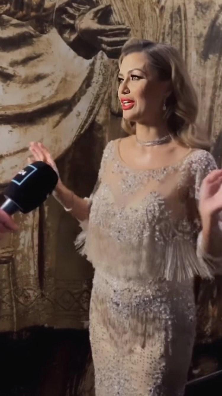Вика встречала гостей в очень модном платье: серебро с глиттером. Платье виновницы торжества блестело и переливалось.
