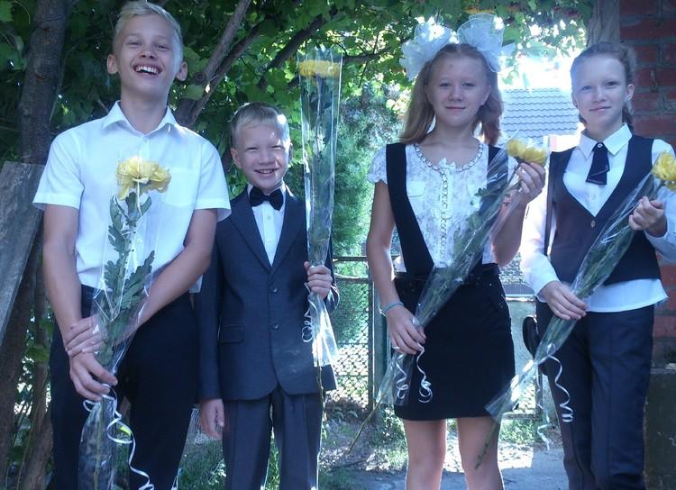 Даня Милохин с братом и сестрами 1 сентября Фото: из семейного архива Тюленевых
