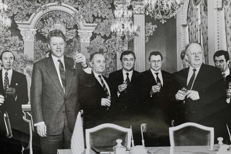 Вячеслав Кебич со Станиславом Шушкевичем и Биллом Клинтоном – президент США прилетел в Минск в январе 1994 года, за полгода до выборов первого президента Беларуси. Фото: личный архив.