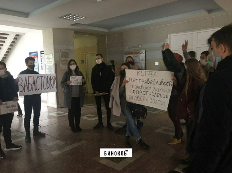 То самое собрание студентов в фойе БрГТУ, после которого из вуза вылетели 9 человек. Фото: телеграм-канал «Бинокль»