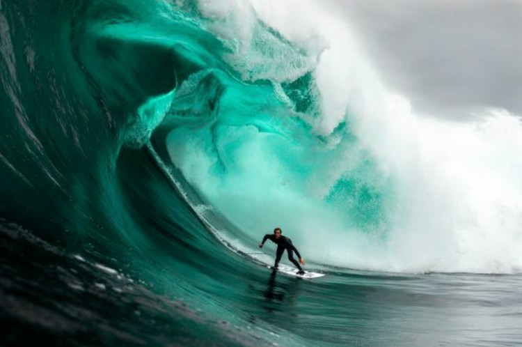 Лэнс Морган. «Серфер катается на огромной волне. Тасмания». Финалист в номинации «Приключение». Фото: Lance MORGAN