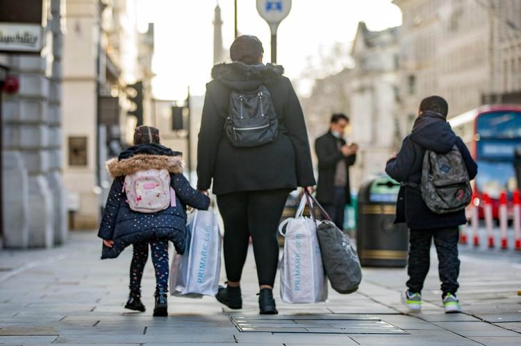 Жители и гости города стремятся побыстрее покинуть Лондон до локдауна