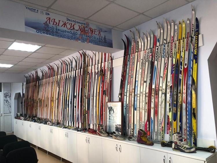 В коллекции насчитывается примерно сотня образцов деревянных и пластиковых лыж.