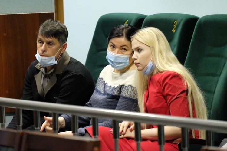 Родители Анастасии Ещенко до сих пор не могут пережить утрату, справа от них адвокат Александра Бакшеева
