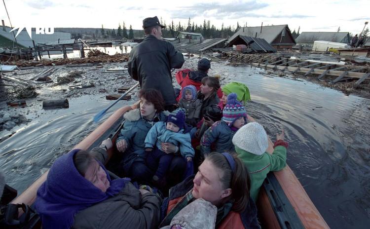 Вывоз детей и женщин на лодке в безопасное место вовремя наводнения в Ленске ( Якутия) в 2001 году. От наводнения пострадало более 30 тысяч жителей
