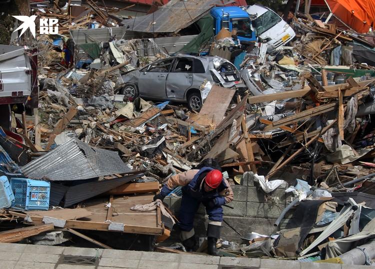 В марте 2011 спасатели МЧС оказывают помощь Японии после сокрушительного цунами