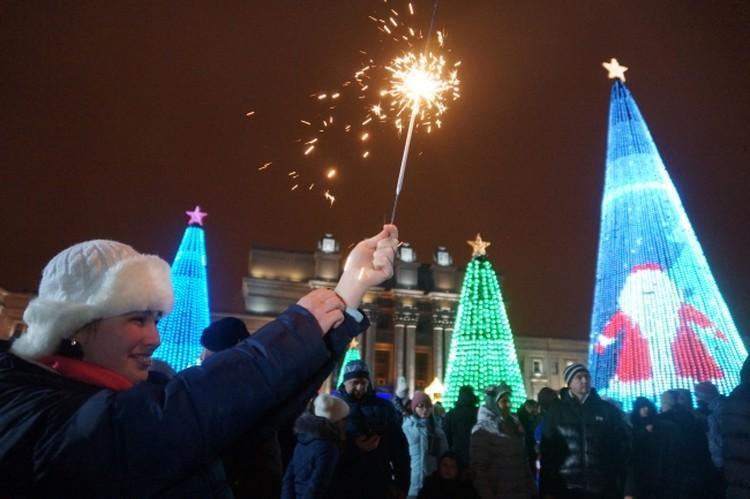 Новогодний фейерверк прогремит в небе над городом сразу в двух местах – на площади имени Ленина и перед ДК «Моторостроитель».