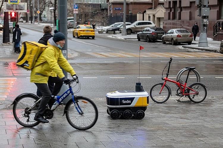В следующем году в России появится беспилотная доставка еды, по улицам начнут сновать маленькие шестиколесные роботы-курьеры