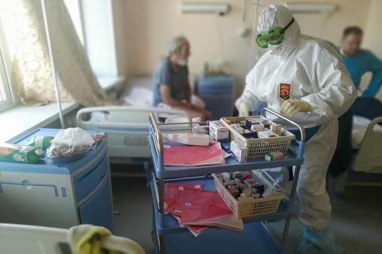 На больничной койке оказался и наш фотограф Валерий Звонарев. Но даже там он сделал фоторепортаж что называется от первого лица