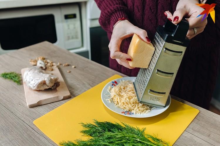 Закусочные щарики делаются просто, главное - все мелко натереть. Фото: Алесь ПИЛЕЦКИЙ.
