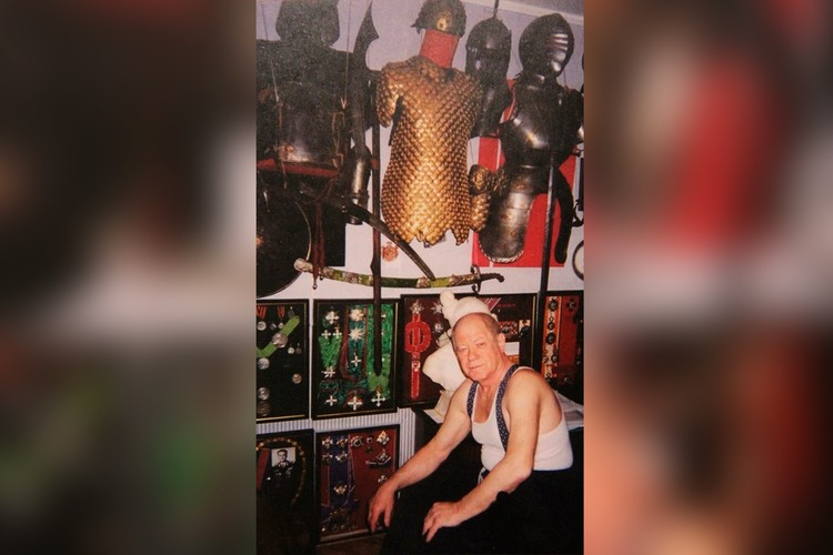 Коллекционер Марат Порай на фоне проклятой им коллекции.