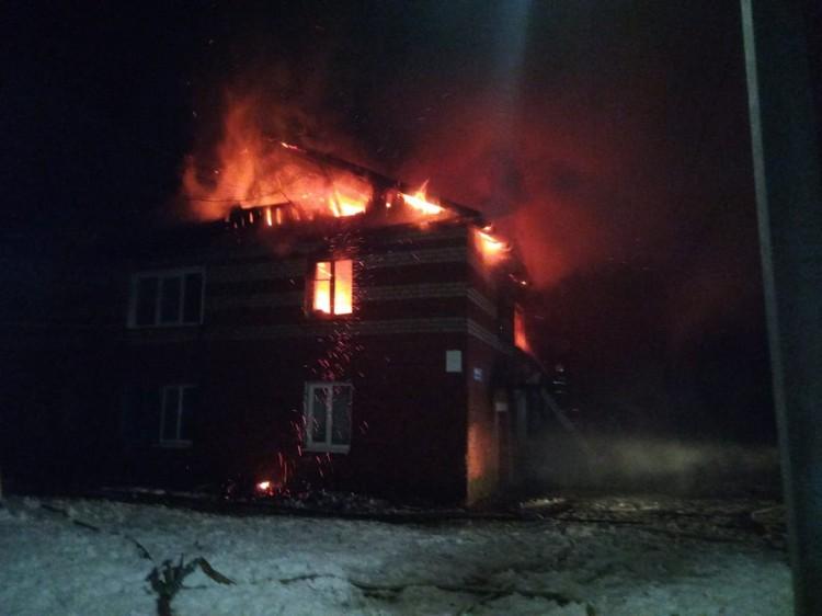 Площадь пожара составила 300 квадратных метров.