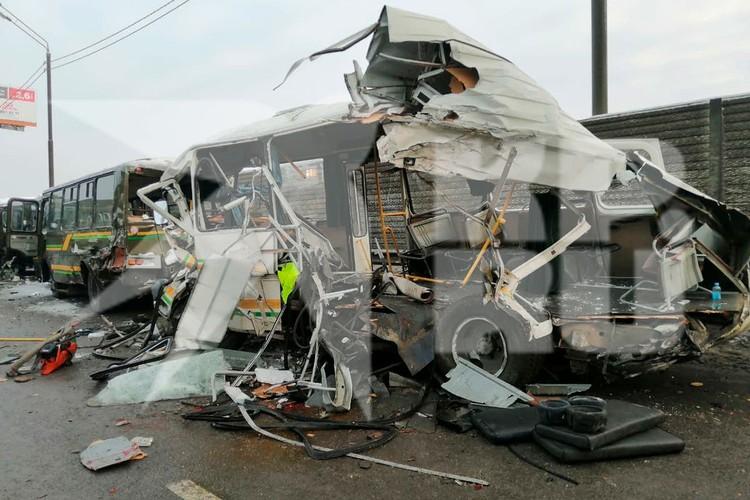 Днем 11 января на Новорижском шоссе грузовик влетел в колонну автобусов.