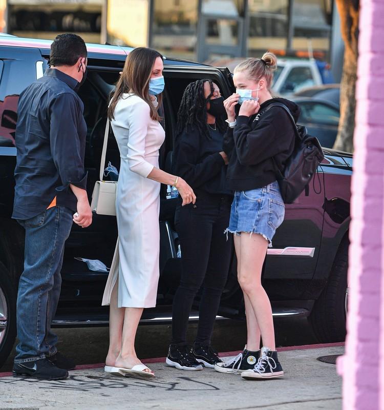 """Хотя в одежде Шайло по-прежнему предпочитает стиль """"унисекс"""", ее шорты стали заметно короче."""