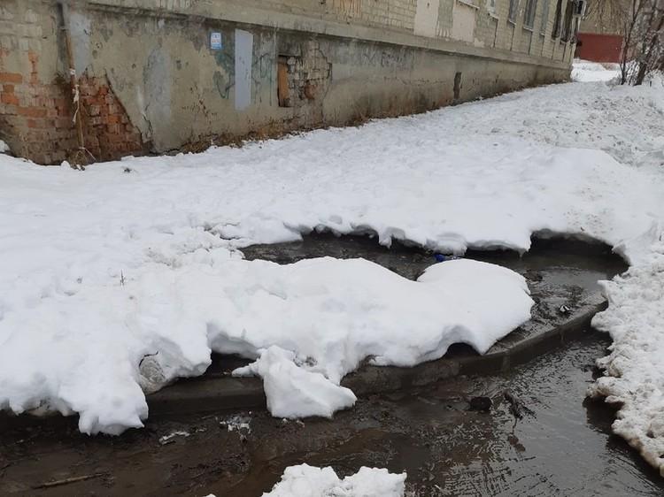 Местные жители сообщают, что прорвало канализацию в доме. Фото из группы «Заводской Online Саратов»
