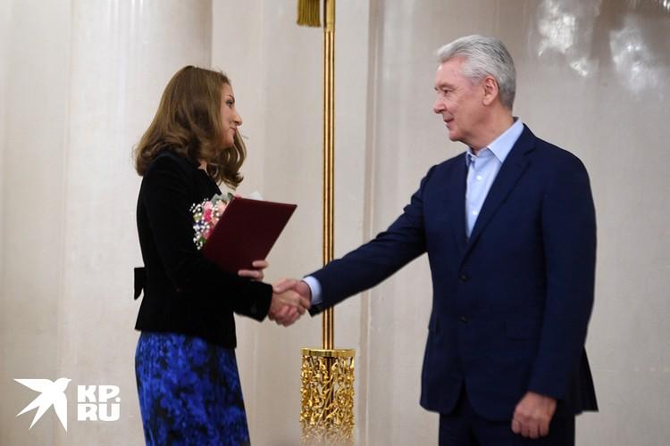Cпециальный корреспондент «Комсомольской правды» Светлана Волкова получает награду от мэра Москвы Сергея Собянина.