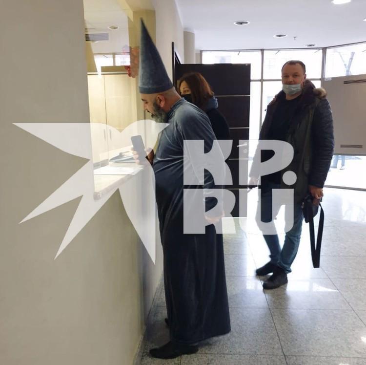 Немного поскандалив, мужчина удалился из здания суда.