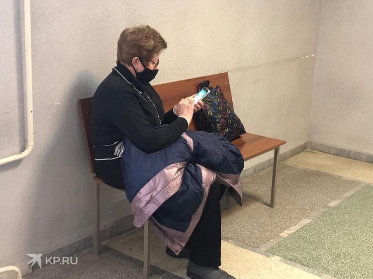 Мама художника Наталья Васильева пришла вовремя, но сразу же попросила закрыть заседание от прессы.