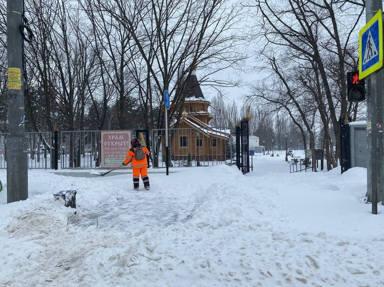 Более 600 человек задействовано в уборке тротуаров.