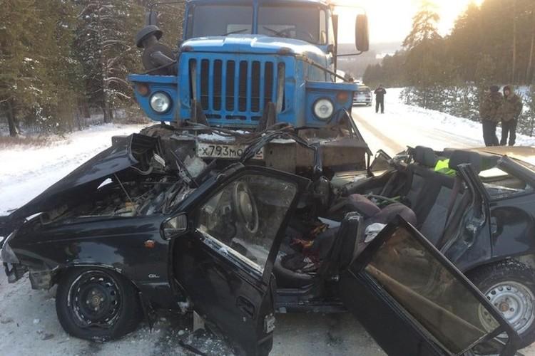 Спасателям пришлось срезать крышу у автомобиля, чтобы достать тела погибших