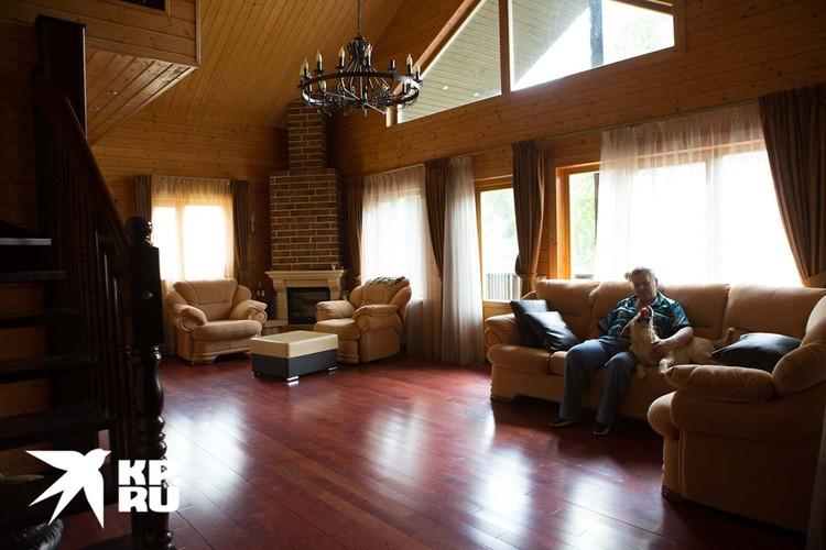 Просторная гостиная с оригинальной люстрой. Фото: Николай Темников