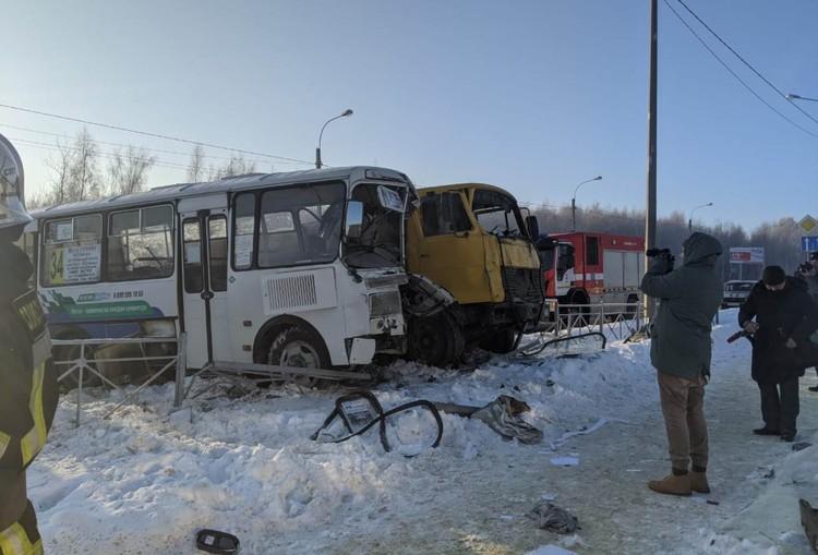 Автобус и грузовик столкнулись на Раздольной улице. Фото предоставлено пресс-службой УМВД России по Орловской области