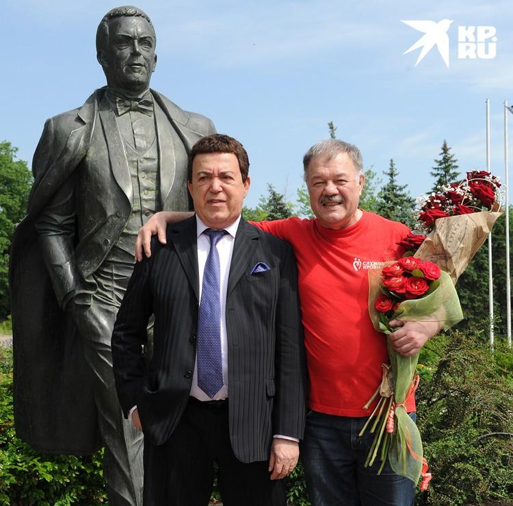У памятника Иосифу Кобзону в Донецке, 2015 г.