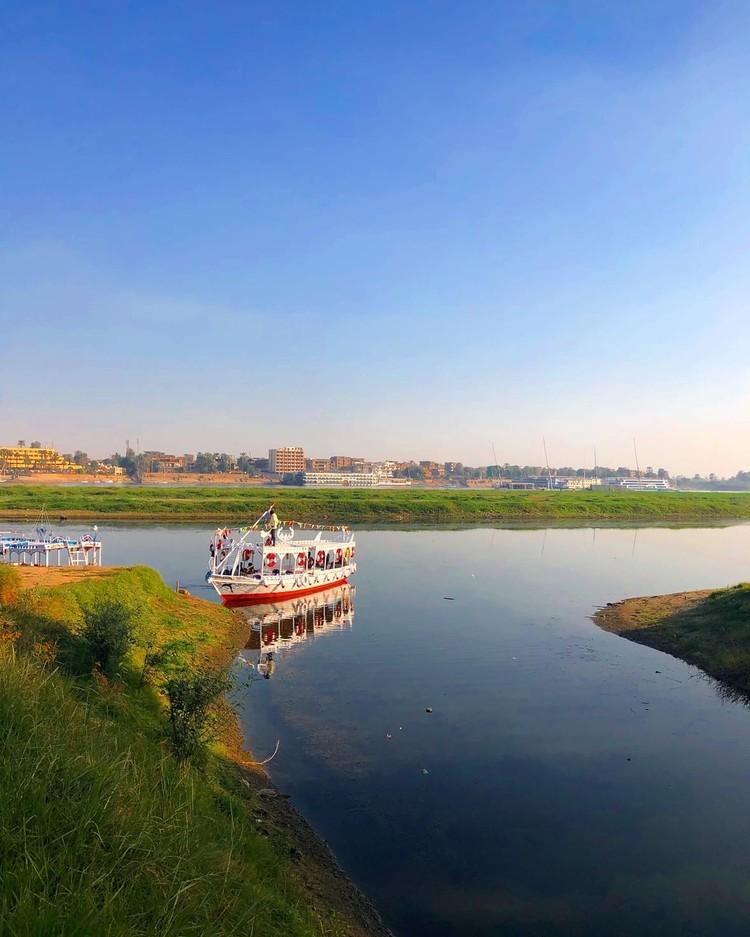 Катер, который возит туристов по Нилу