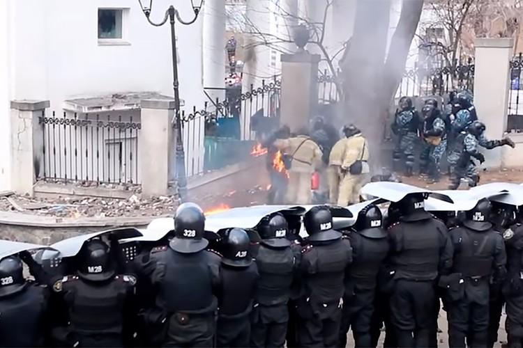 Киев, 2014 год. Пожарные тушат загоревшуюся от коктейля Молова амуницию на спецназовце.