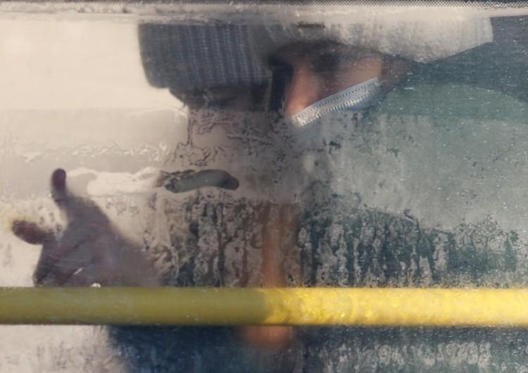 Пассажирка общественного транспорта в Киеве.