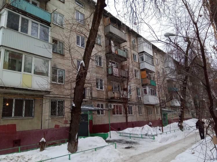 Инспектор ГЖИ посетил место трагедии и осмотрел крышу дома. Фото Госжилинспекции по Саратовской области