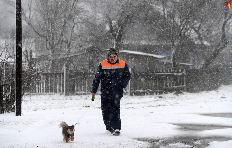 В Турове шел сильный снег.