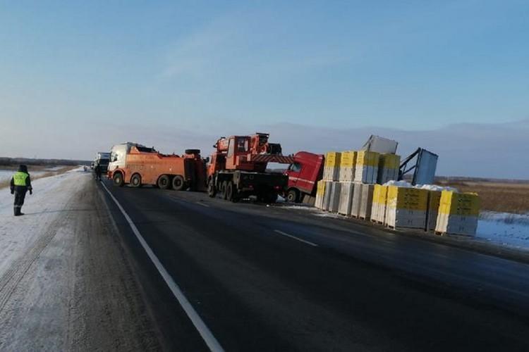 Грузовик вернулся на дорогу, позже водитель поблагодарил сотрудников ДПС. Фото: ГИБДД по НСО.