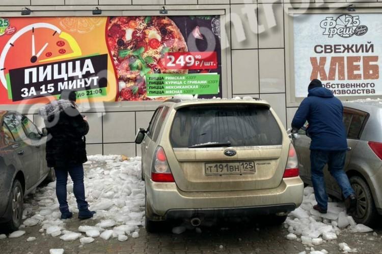 Сообщения о машинах и людях пострадавших от падения снега этой зимой во Владивостоке не редкость. Фото: instagram.com/dps.control