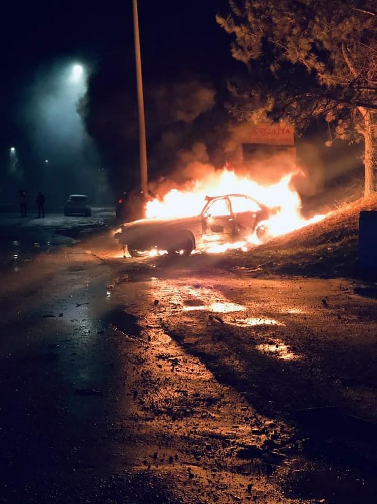 От удара автомобиль загорелся.
