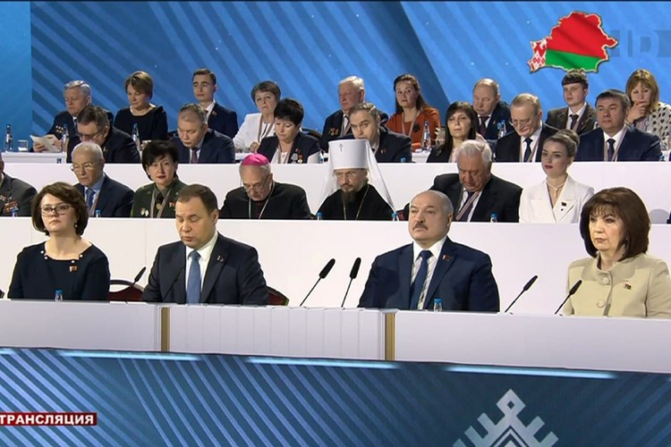 В первый день ВНС Кочанова сидела рядом с Лукашенко. Фото: скриншот видео