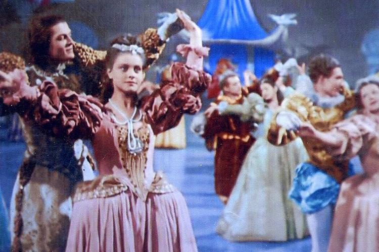 """Первая роль Татьяны Пилецкой - в фильме """"Золушка"""", где было много балетных партий. Специально для Татьяны сшили красивое голубое платье, которое уже в наше время, после раскрашивания черно-белой ленты стало розовым."""