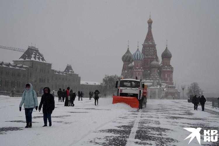 Красную площадь расчищают от снега.