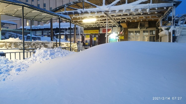 Станцию канатной дороги изрядно присыпало. Фото: Андрей Бачурин/VK