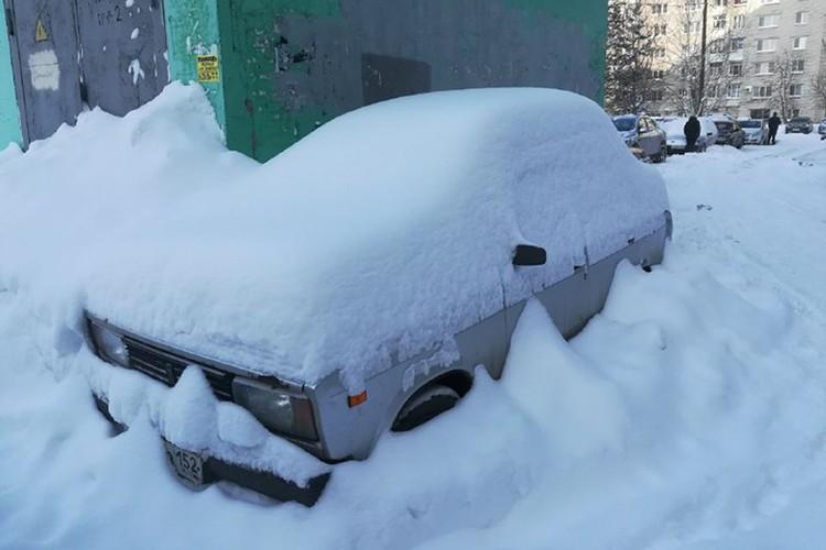 С раннего утра нижегородцы пытаются откопать свои автомобили.
