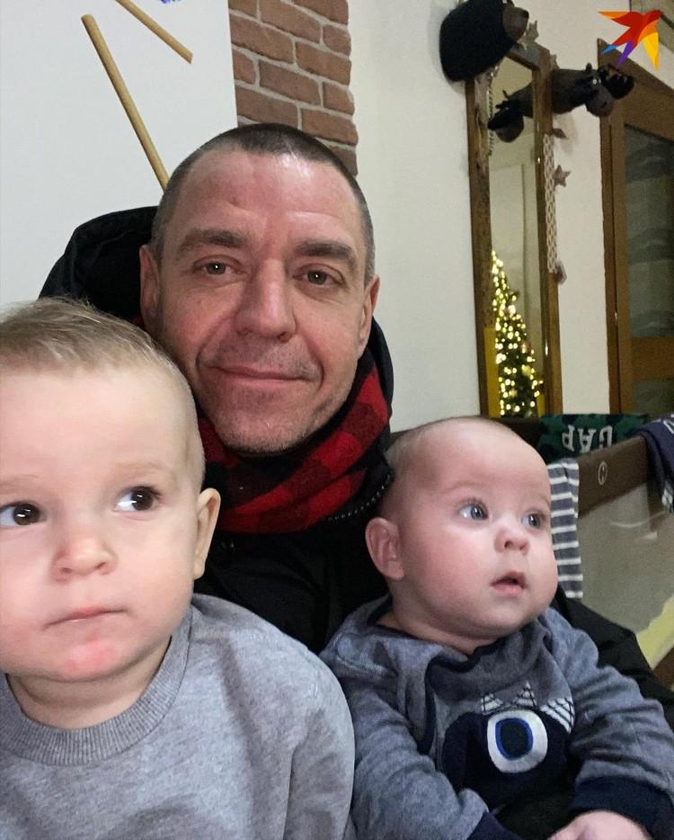 Михалок с двумя младшими сыновьями - Федором и Мироном. Фото: @zelechka2011